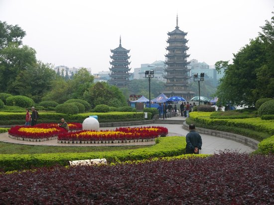 Guilin Two Rivers and Four Lakes Resort: Вид на двойные пагоды и на озеро