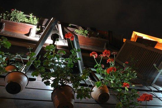 Asmali Hotel: Фасад отеля украшен цветами