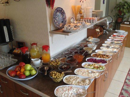 Asmali Hotel: Завтраки довольно вкусные на наш вкус