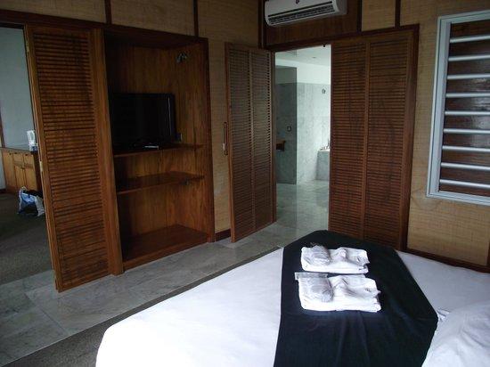 L'Escapade Island Resort: chambre/salle de bain