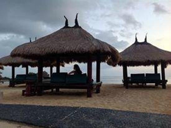 Novotel Lombok: gazeboo infront of the beach