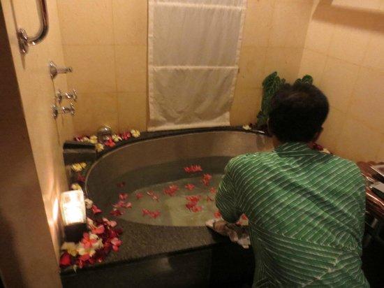 Maya Ubud Resort & Spa : Preparation for flower bath in the room
