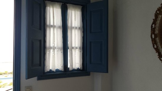 Ecoxenia: Our room window - love the white eyelets drapes