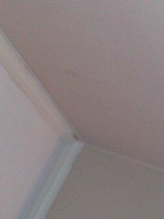 Asia Hotel Bangkok: Taches douteuses sur le mur et plafonds vraiment besoin d'une rénovation