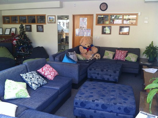 Adventure Queenstown Hostel: Living room (with cosy cuddle bear!)