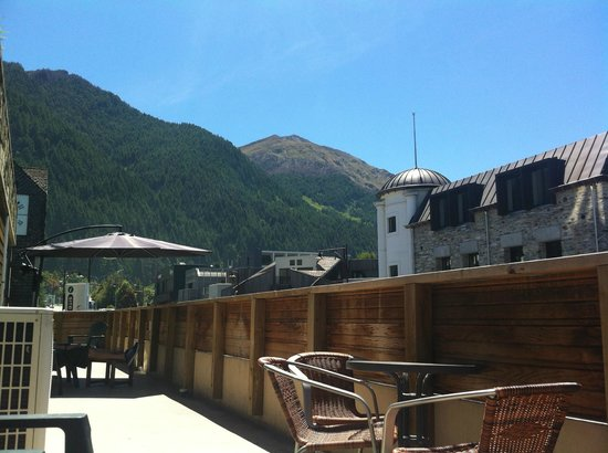 Adventure Queenstown Hostel: Balcony!! awesome views! plenty of space. Access to living room.