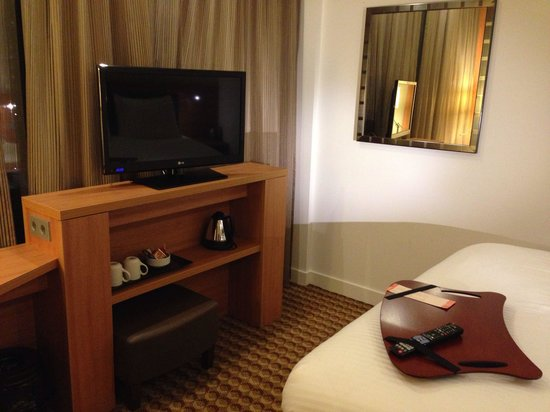 Hampton by Hilton Amsterdam Airport Schiphol: Bed and tv