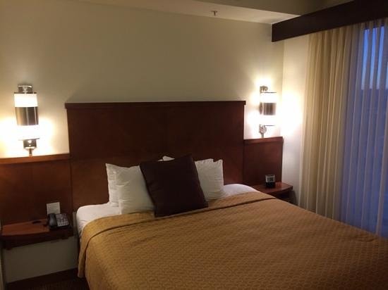Hyatt Place Albuquerque Airport: king bed