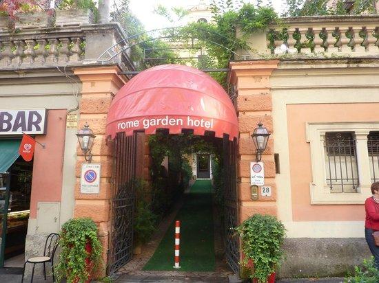 Rome Garden Hotel: Ingang hotel aan de straat