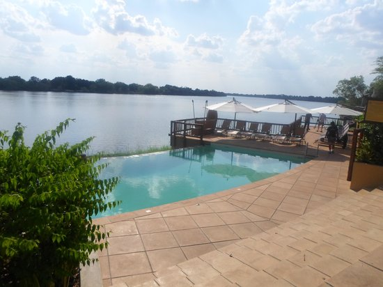 The David Livingstone Safari Lodge & Spa: The pool overlooking the river. Stunnning