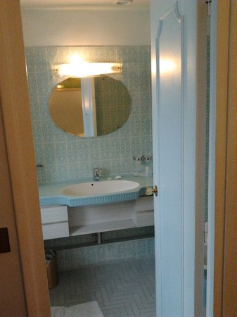 Hotel Caravelle: Nice bathroom on 6th floor