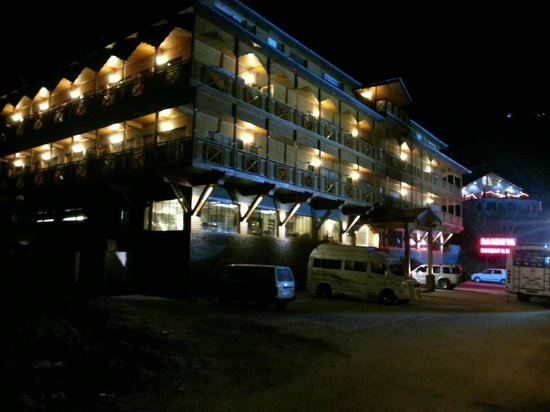Sandhya Resort & Spa Manali: Hotel view at night