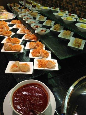 Novotel Bangkok on Siam Square : Evening Canapés - yummy delights @ Premier Lounge