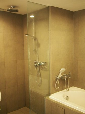 Novotel Bangkok on Siam Square: Rain shower or long bath, anyone?