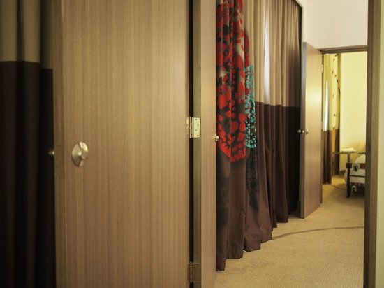 Novotel Bangkok on Siam Square: Doors that cannot lock or close completely -  from bedroom door to toilet door