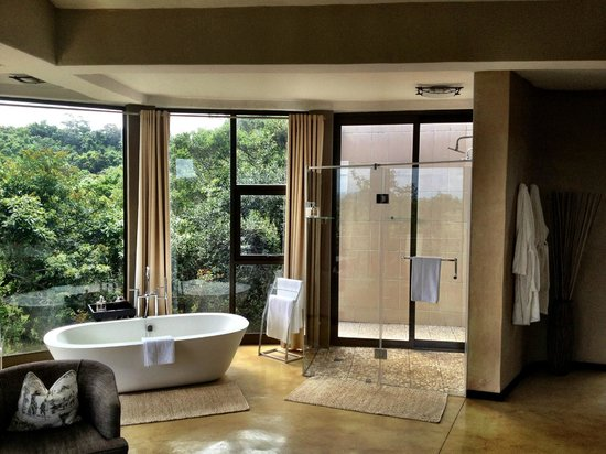 The Gorge Private Game Lodge & Spa: Relax in the tub with a view!