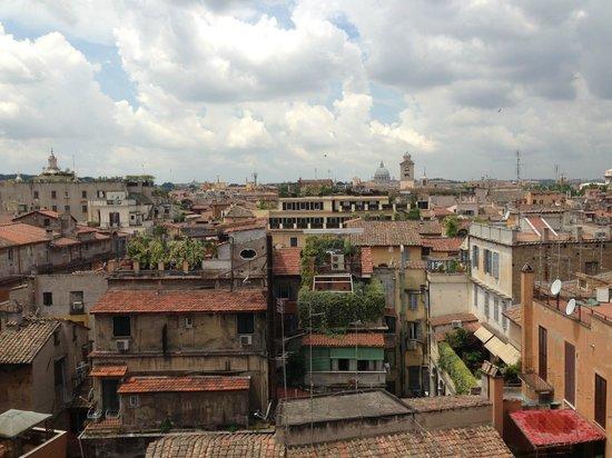 Hotel Nazionale: Вид на город из номера (вдалеке виднеется Ватикан)
