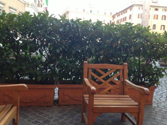 Hotel Nazionale: Лаунж-зона перед входом в отель
