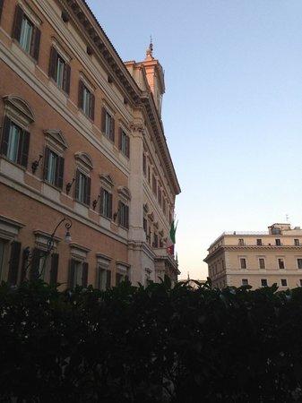 Hotel Nazionale : Здание парламента, расположенное рядом (вид при выходе из отеля)