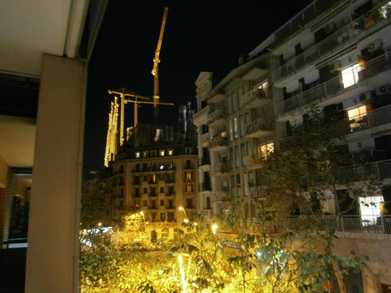Apartaments Marina: View fom balcony towards La Sagrada Familia at night