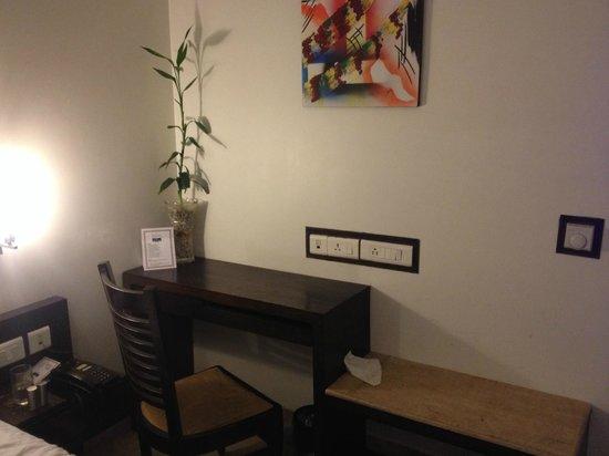 Hotel Taj Resorts: Desk nect to bed