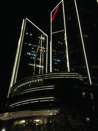 Beijing Marriott Hotel Northeast: Hotel at night