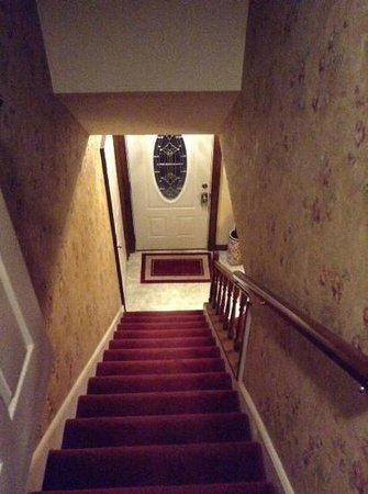Los Gatos Bed & Breakfast: stairs leading down from grand suite