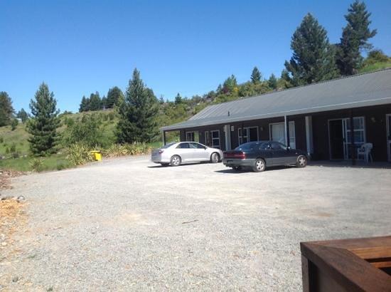 Lake Tekapo Motels & Holiday Park : motel rooms - plenty of parking space