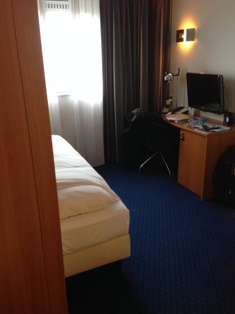 "Inntel Hotels Amsterdam Centre: The large single"" bed"