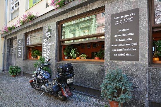 Hotel Rubicon: Ресторанчик под отелем. Народ на моциле приехал из РФ