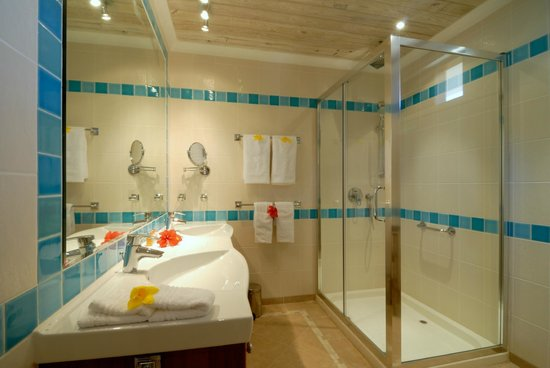 Bequia Beach Hotel: Ocean suite/Beachfront bathroom