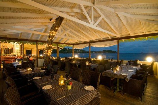Bequia Beach Hotel: Beachfront dining area