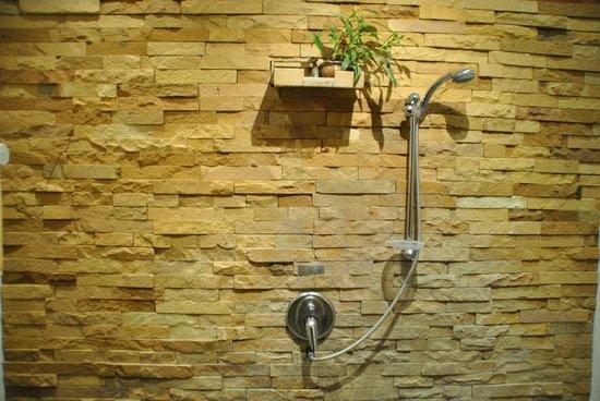 The Legend Chiang Rai : La stanza-doccia in pietra