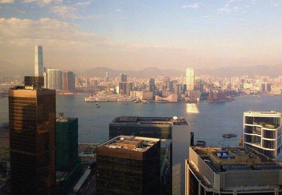 Island Shangri-La Hong Kong : Вид из номера на гавань