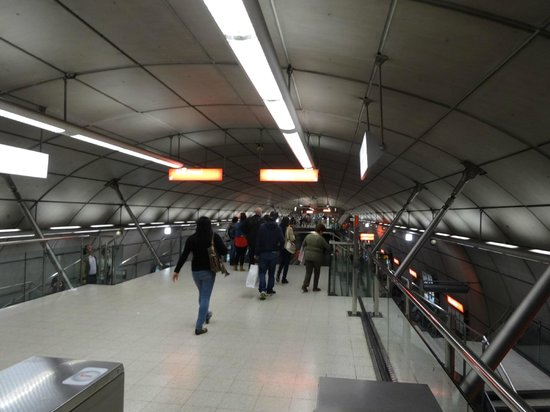 Metro de Bilbao: キレイで、日本の地下鉄と変わりません!