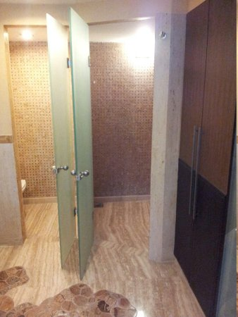 The Metropole Hotel : Toilet (left) walkin shower (right)