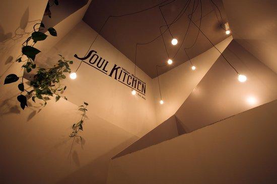 Soul Kitchen: Escalera de acceso a planta superior