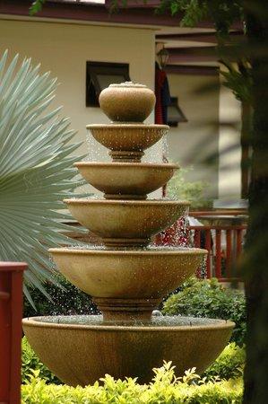 Noren Resort: Fountain next to reception