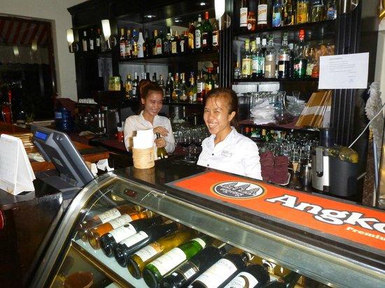 Angkor International Hotel: Friendly bar staff