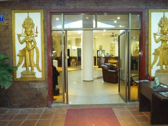Angkor International Hotel: Entrance to hotel and reception area