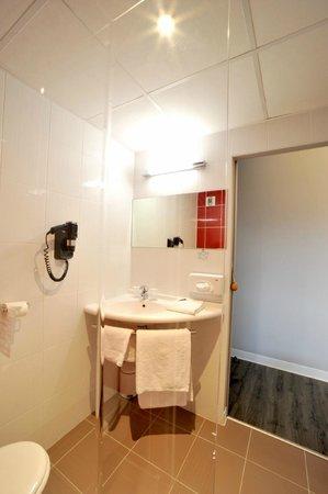 Inter-Hotel Novella Nantes Carquefou : Lavabo Douche