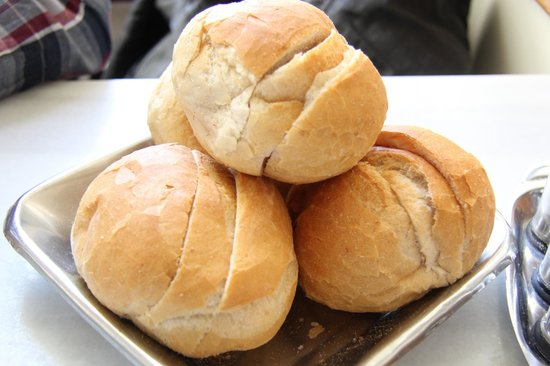 Sultanahmet Koftecisi: Fresh bread