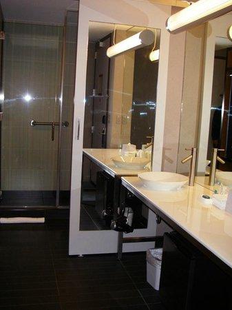 Aloft Chapel Hill: Large, comfortable bathroom area, very user-friendly