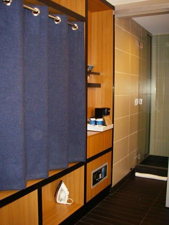 Aloft Chapel Hill: Very handy, functional closet area with shelves