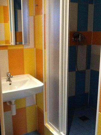 Hostel Downtown: detail of en-suite bathrom