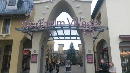 Wertheim Village: Одни из ворот