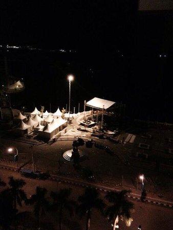 Aryaduta Makassar: Pemandangan pantai losari di malam hari dapat kita nikmati dari dalam kamar hotel aryaduta makas
