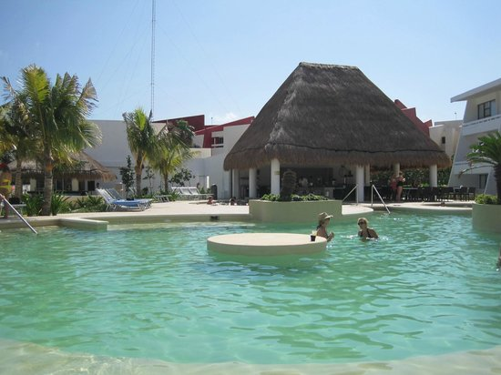 Cancun Bay Resort: Fun at the pool bar with music, dancing, water aerobics, sun all day! Great service too.