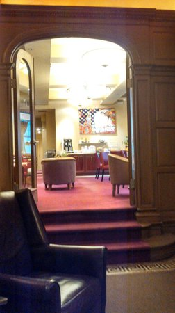 Alexander Inn: View from the lobby into the dining room.