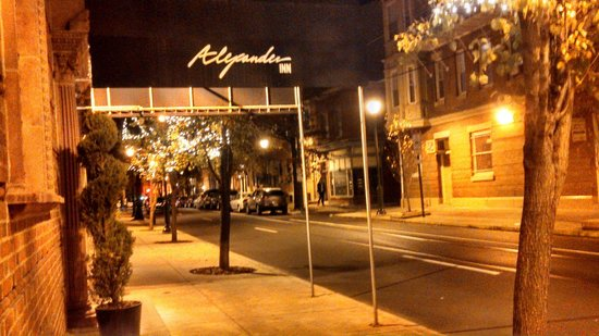 Alexander Inn: The street in front of the hotel and surrounds are very well lit and very safe to walk around.